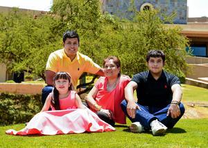 21052017 EN FAMILIA.  Mayela Cassio de Aguirre con sus nietos: Alejandra Aguirre Suárez, Iván Zdenko y Deian Ríos Aguirre.