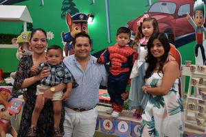 21052017 UN AñO MáS DE VIDA.  Matías celebró su cumpleaños en compañía de Jessica, Ángel, Ángel, Michelle y Karen.