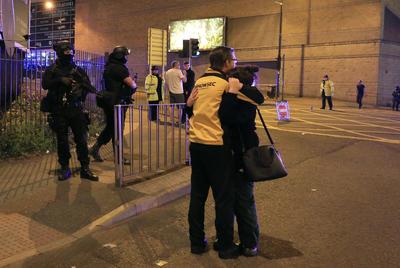 Extraoficialmente, portales de noticias internacionales cifran el número de muertos en al menos una veintena, al tiempo que aseguran que hay además cientos de heridos.