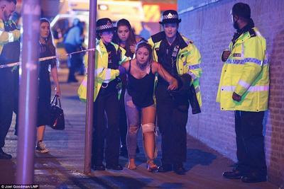 De acuerdo con las imágenes difundidas a través de usuarios de redes sociales; se desalojó el área mientras que cuerpos de seguridad arribaban al lugar.