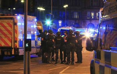 Según han informado las fuerzas de seguridad de Manchester, se ha evacuado la zona mientras se investigan las causas de las explosiones, que fueron advertidas por asistentes al espectáculo.