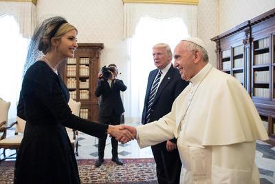 El Papa saludó a los miembros de la familia Trump.