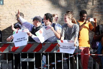En los alrededores, algunas personas mostraron mensajes de apoyo al presidente estadounidense.