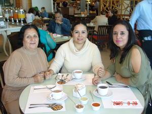 24052017 Lourdes García con Nancy y Elzabeth Castillo.