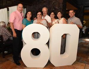 Acompañado de su esposa, Betty, y sus hijos, Raúl, Fernando, Graciela, Lely y Patricia