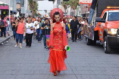 Durante la marcha, los organizadores fueron gritando consignas contra la homofobia.