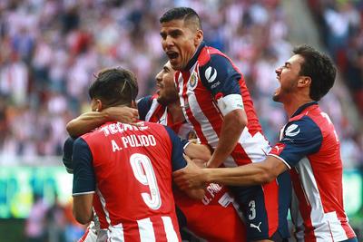 Salcido y compañía festejando el 2-0 de 'Gallito' Vázquez.