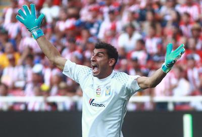 Nauel Guzmán también cayó en la desesperación pese a que su equipo logró el 2-1 casi al final del encuentro.