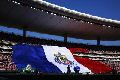 Hermosa postal; la bandera gigante del Chivas.