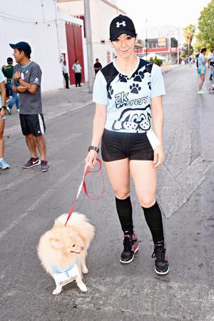 28052017 EN CARRERA.  Marcia Gómez con su perrito Lobito.