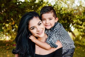 28052017 FELICES.  Andrea con su hijo, Ian.