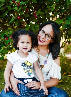 28052017 LINDA POSTAL.  Isabella con su mamá, Lupita Galindo.
