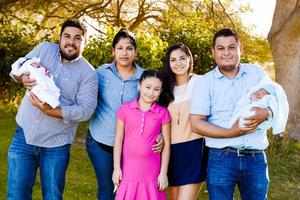 28052017 PRIMERA COMUNIóN.  Mariana con sus papás, Víctor y María del Socorro, sus tíos, Luis Antonio y Karla, su hermanito, Víctor, y su prima, Geraldine.