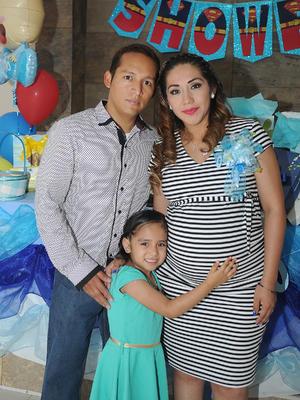 28052017 BABY SHOWER.  Bety Luría con su esposo, Abel Balderas, y su hija, Sarita.