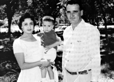 28052017 Don Juan José Fernández Torres acompañado de su esposa, Doña Lupe García de Fernández, y su hijo.