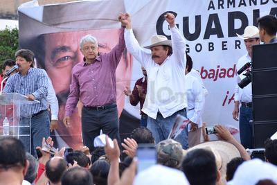 Alrededor de las 19:00 horas arribaron los candidatos acompañados del líder nacional de MORENA, Andrés Manuel López Obrador, y del candidato a la gubernatura, Armando Guadiana, quienes fueron ovacionados por la multitud.