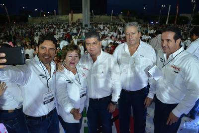 """Los candidatos del PRI se tomaron la """"selfie""""."""