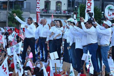 Riquelme llegó a la Plaza Mayor acompañado del dirigtente nacional del PRIEnrique Ochoa Reza, la secretaria general Claudia Ruiz Massieu, Emilio Gamboa Patrón y el candidato a la presidencia municipal Miguel Mery.