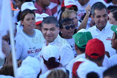 Riquelme les recordó a los asistentes la firma de los mil compromisos en toda la entidad y aquí en La Laguna más de 200.