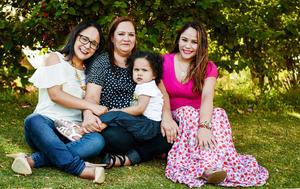 31052017 LINDA POSTAL.  Isabella con Reyna Arreola, Lupita Galindo y Roxana Galindo.