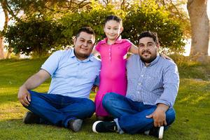 31052017 EN FAMILIA.  Mariana acompañada de su papá, Víctor, y su padrino, Luis Antonio.