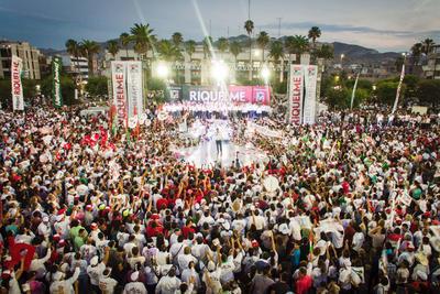 Miguel Riquelme fue arropado por miles de simpatizantes en la Plaza Mayor.