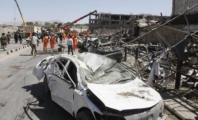 Alrededor de una treintena de vehículos que circulaban por el lugar sufrieron el impacto de la explosión.