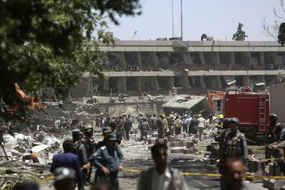 Los alrededores al atentado sufrieron destrozos.