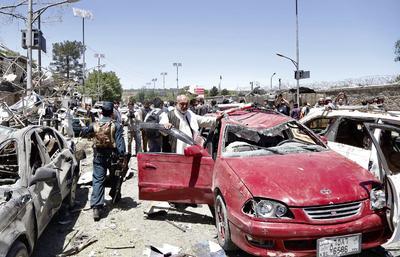 El portavoz de la Policía Basir Mujahid indicó que las primeras investigaciones apuntan a que un pequeño camión del servicio de alcantarillado fue cargado de explosivos y detonado en una zona de gran concurrencia de tráfico.