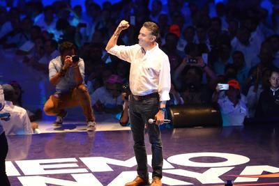 """Fue alrededor de las 21:20 horas que Anaya Llamas apareció ante miles de ciudadanos concentrados en el Coliseo Centenario de Torreón, luces y música acompañaron el grito de """"iMemo, Memo!""""."""