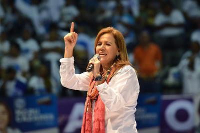 """Margarita Zavala, quien fue la primera en aparecer ante los asistentes del Coliseo Centenario, aseguró que Coahuila es la """"tierra del futuro, que nos esperan grandes cosas, pues la conozco bien"""""""