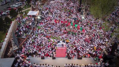 """Fue en punto de las 7:30 de la tarde que el candidato de la coalición """"Por un Coahuila Seguro"""", arribó a la plaza de las Ciudades Hermanas en compañía de Enrique Ochoa Reza, presidente nacional de Partido Revolucionario Institucional."""
