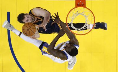 Stephen Curry totalizó 28 puntos, incluidos 18 mediante seis triples, y repartió 10 asistencias.