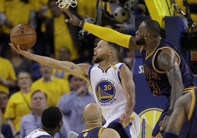 Los Warriors firmaron su victoria en el primer duelo de la final de la NBA.