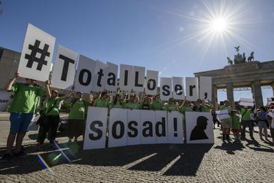 Un grupo de manifestantes de Greenpeace sostienen pancartas en las que se lee '#PerdedorTotal, ¡qué triste!', durante las protestas contra la salida de Estados Unidos del Acuerdo de París.