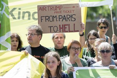 """Activistas de varias partes del mundo se manifestaron ante la inconformidad de la salida de EU del acuerdo de Paris. En el cartel se puede leer """"Air Trump. Billetes gratuitos de París al infierno""""."""