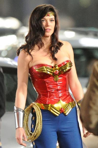 """Décadas después de que la serie televisiva de Wonder Woman protagonizada por Lynda Carter acabara, Warner Bros. volvió a intentar resucitar a la princesa """"Diana"""" en la pequeña pantalla. Al no poder introducir a la amazona en un capítulo de la exitosa Smallville, buscaron directamente crear una serie televisiva protagonizada por Adrianne Palicki que todas las cadenas televisivas rechazaron, salvo la NBC, que encargó un episodio piloto... que nunca vería la luz."""