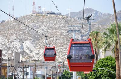 Desde el pasado miércoles en la tarde estas cabinas rojas con capacidad para 8 pasajeros empezaron a recorrer los casi tres kilómetros de cable de acero que corren desde la Estación Treviño hasta la ubicada en el Cerro de las Noas.