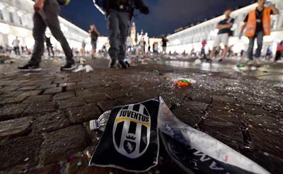 La gran mayoría de los aficionados se alejaron de la plaza y sólo algunos pocos se quedaron hasta el final del encuentro de Cardiff, en el que el Real Madrid se impuso por 4-1 al Juventus y conquistó su duodécima Copa de Europa.