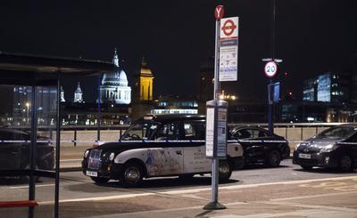 Según testigos, una furgoneta blanca invadió la acera, arrollando a viandantes que caminaban por el puente de Londres, mientras que en el cercano mercado de Borough una persona fue acuchillada.