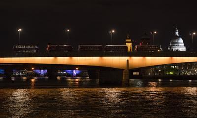"""La Policía Metropolitana de Londres (Met) confirmó hoy que los incidentes violentos ocurridos esta noche en el puente de Londres y en el cercano mercado de Borough son actos """"terroristas"""", en los que al menos hay un muerto."""