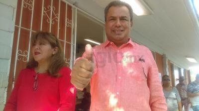 Jorge Luis Morán acudió a realizar su voto.