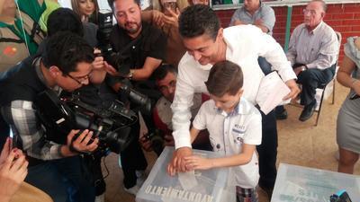 Miguel Ángel Mery acudió a emitir su sufragio junto a su familia.