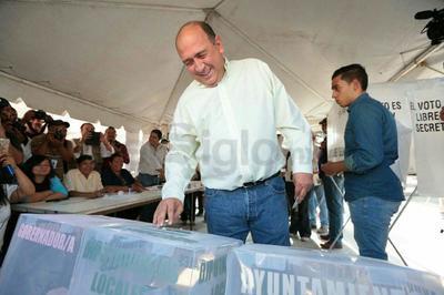 El actual gobernador, Ruben Riquelme acudió a votar a la ciudad de Saltillo.