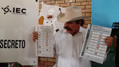 El candidato del partido Morena al gobierno de Coahuila, Armando Guadiana Tijerina, emitió hoy su voto en la ciudad de Saltillo.