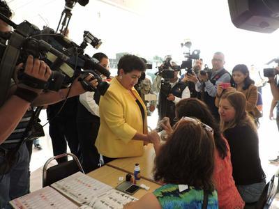 Candidatos acuden a votar