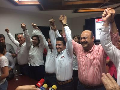 Agregó que desde ahí los priistas de Torreón mandaban su felicitación al próximo gobernador Miguel Ángel Riquelme, además de a los cuatro diputados locales a quienes también les es favorable el resultado de las elecciones.
