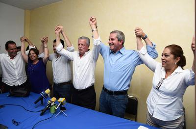 Zermeño llegó a las 21:30 horas al PAN, cuando se reflejaron los resultados de las primeras actas de escrutinio. Fue recibido entre abrazos, felicitaciones y aplausos.