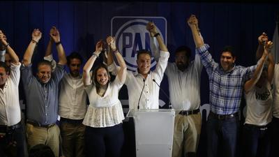Prácticamente a la misma hora los equipos de campaña de ambos aspirantes citaron a una rueda de prensa en la que anunciaron su eventual triunfo basados en los resultados de encuestas de salida.