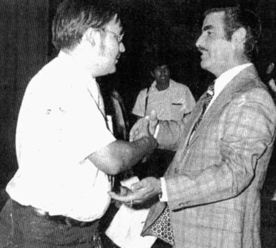 04062017 Profr. Antonio Lozoya Pérez, alumno normalista en su graduación, es felicitado por el Secretario de Educación en el Estado de Durango, Profr. Pedro Barraza, en 1969.